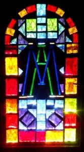 L'un des vitraux, dédié à Marie.