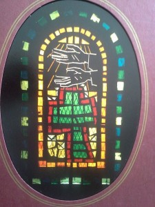 Couverture de l'album de mariage de Dominique représentant le vitrail de la Chapelle dédié aux pauvres et symbolisé par ces deux mains vides.