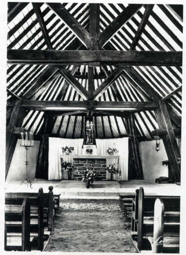 Intérieur de la chapelle entre 1958 et 1962, période sans dallage