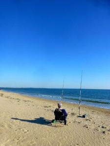 Pêcheur sur la grande plage de Landrezac à Kervoyal en Damgan