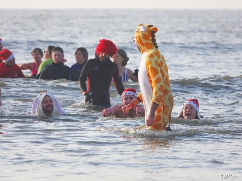 bain de noêl kervoyal en damgan 29-12-2019- marche aquatique des vénètes (13)