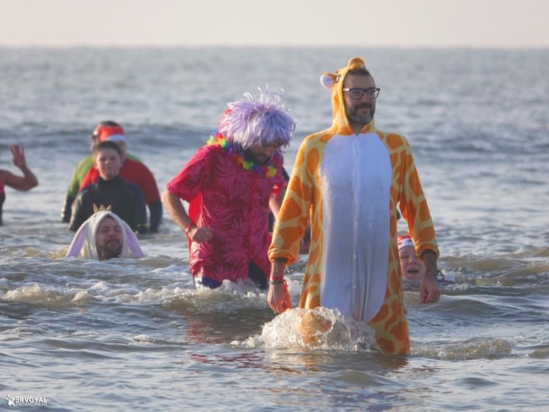 bain de noêl kervoyal en damgan 29-12-2019- marche aquatique des vénètes (14)